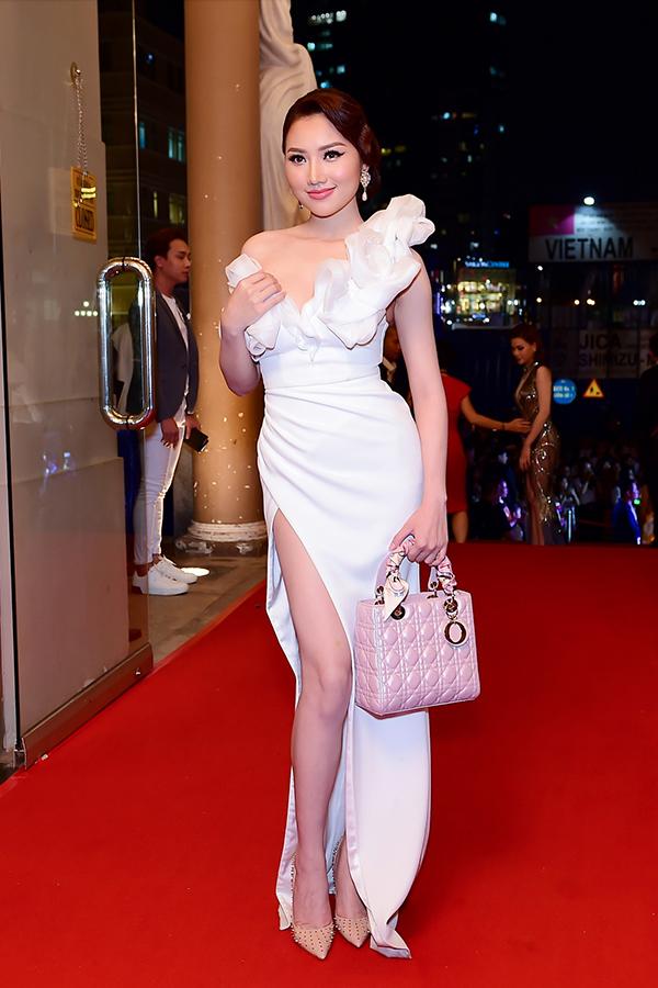 Á hậu Thanh Tú sửa váy cho Hoa hậu Đỗ Mỹ Linh trên thảm đỏ - 5