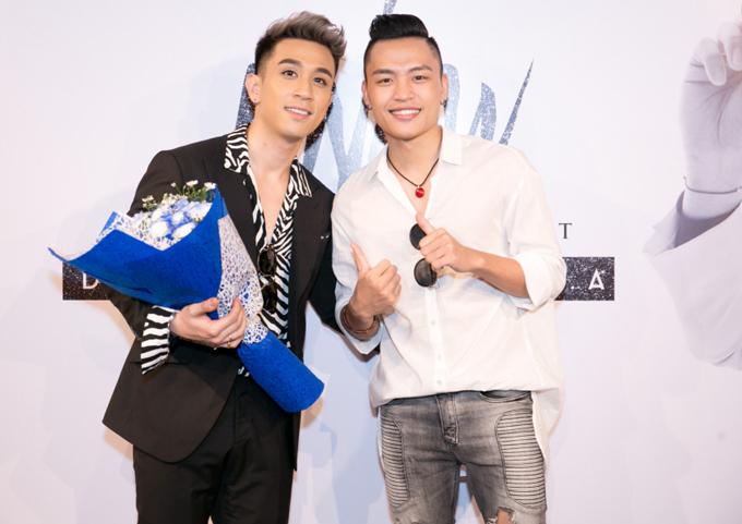Việt Thắng vui vẻ tái ngộ Dương Edward sau cuộc thi âm nhạc.