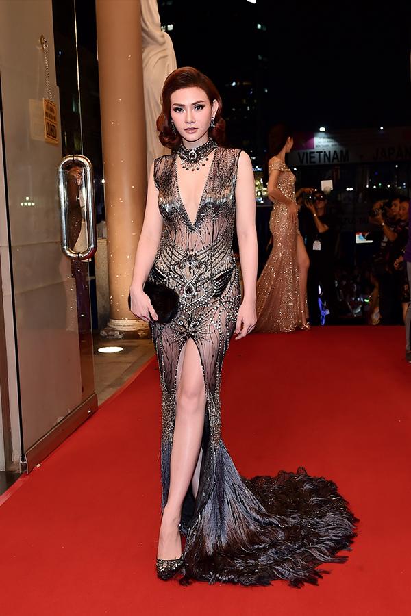 Á hậu Thanh Tú sửa váy cho Hoa hậu Đỗ Mỹ Linh trên thảm đỏ - 6