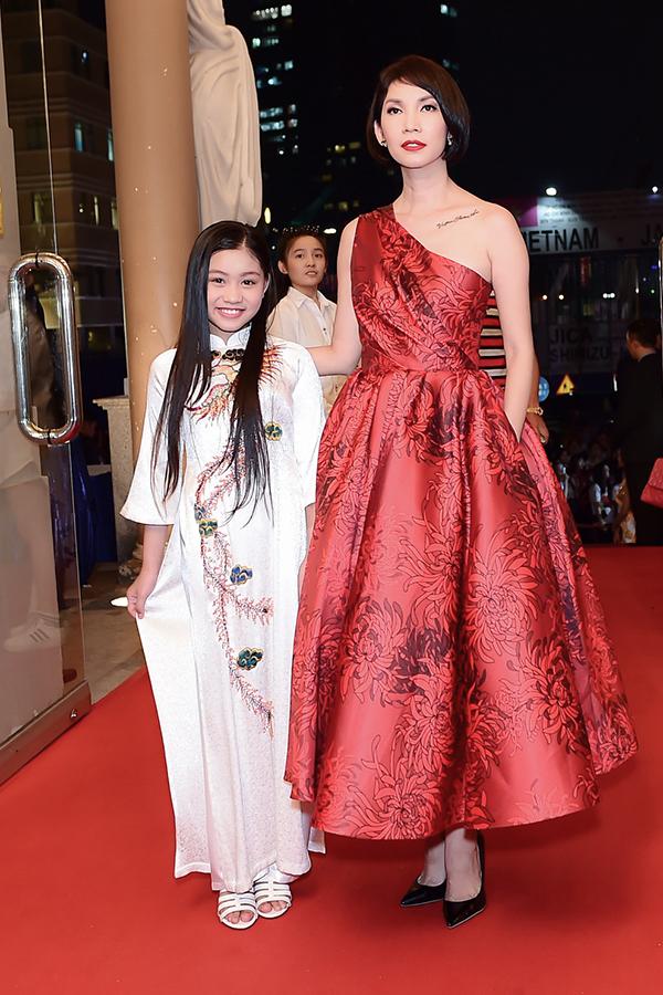Á hậu Thanh Tú sửa váy cho Hoa hậu Đỗ Mỹ Linh trên thảm đỏ - 7