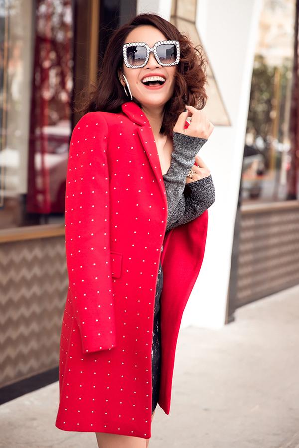 Ái Phương mix áo đồ sành điệu với áo khoác hợp mốt - 4