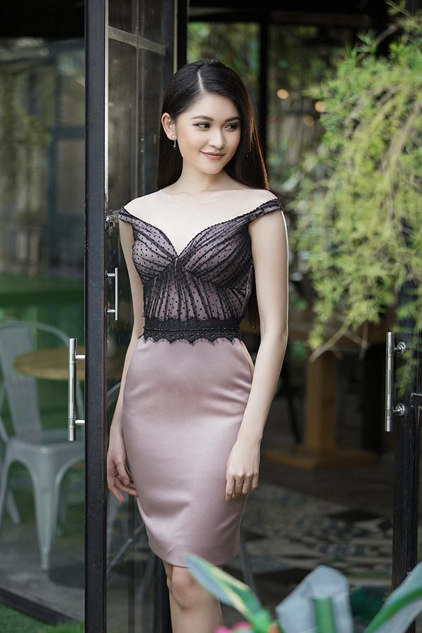 Á hậu Thùy Dung diện phom váy bút chì ôm sát cơ thể, khéo léo khoe được vòng 3 gợi cảm.