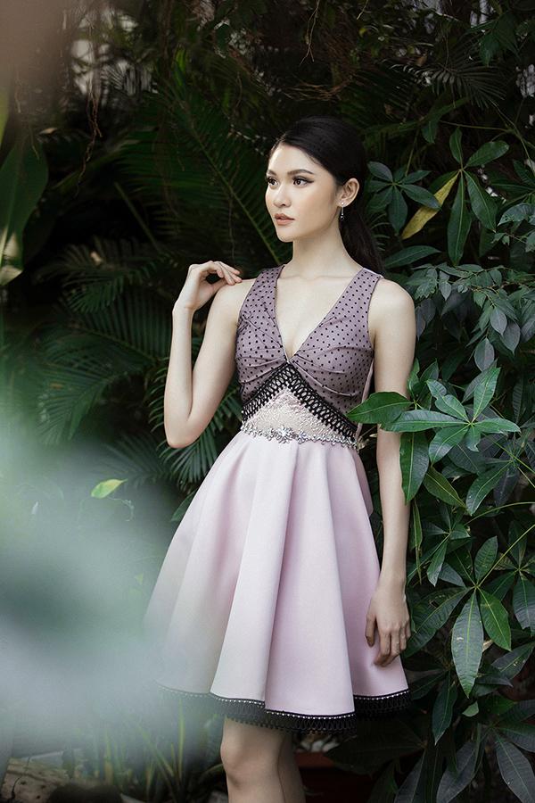 Với những chiếc váy xòe được đính ren và kết hạt tỉ mỉ đã giúp tôn hình thể quyến rũ của người đẹp, đặc biệt là vòng eo con kiến