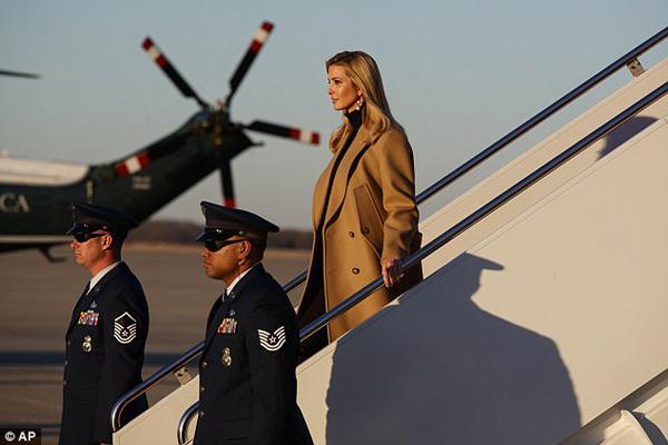 Ivanka Trump hôm 18/1 cùng bố, tổng thống Donald Trump, tới thăm nhà máy thiết bị H&K ở Coraopolis, bang Pennsylvania. Sau khi hoàn thành công việc, hai bố con lên chuyên cơ Air Force One tới căn cứ quân sự Joint Base Andrews ở bang Maryland.