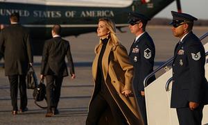 Ivanka Trump gây ấn tượng khi bước ra từ chuyên cơ tổng thống