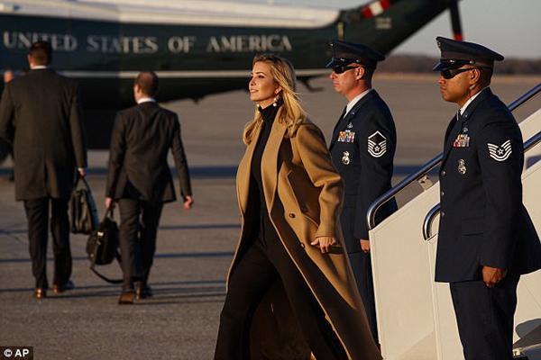 Những bức ảnh chụp Ivanka tự tin, kiêu hãnh bước từ chuyên cơ xuống căn cứ trên đang đốn tim người hâm mộ trên mạng xã hội. Trong ảnh, con gái cả ông Trump thể hiện thần thái thanh lịch, tự tin của một người được sinh ra để làm lãnh đạo. Cô mặc áo len đen bên trong, khoác chiếc lông cừu màu vàng bên ngoài.
