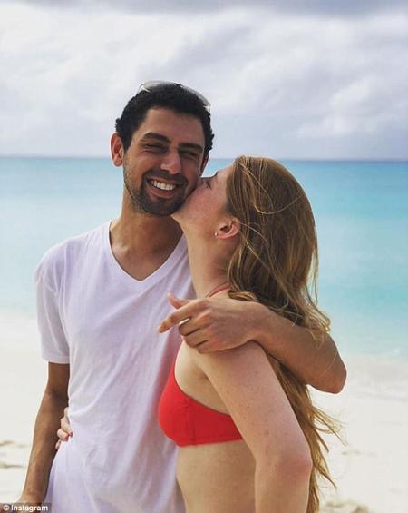Tuy không ai biết hôm nay hay hôm qua là kỷ niệm ngày hẹn hò của chúng ta, nhưng chẳng sao cả. Em hạnh phúc khi được ở bên anh mỗi ngày, Jennifer viết khi đăng ảnh cô và người yêu lên mạng hôm 15/1.