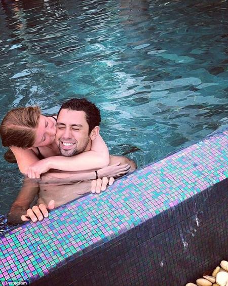 Trong một bức ảnh khác, cặp đôi ôm chặt nhau dưới bể bơi.