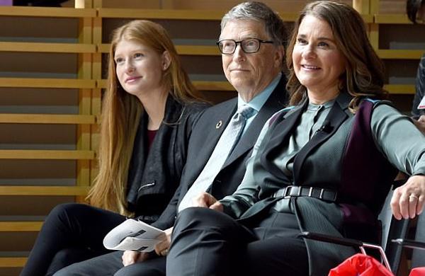 Jennifer và bố mẹ, ông Bill và bà Melinda Gates, tham dự một sự kiện hôm 20/9/2017 ở thành phố New York. Jennifer có nhiều nét giống mẹ.