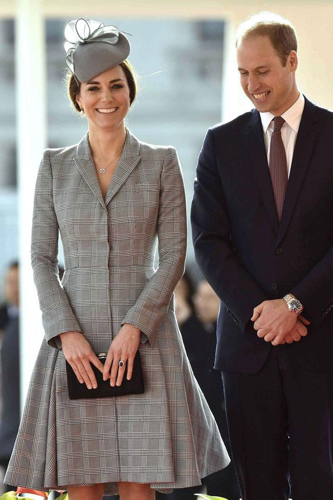 Trong buổi lễ đón tiếp Tổng thống Singapore năm 2014, Middleton mặc váy cổ vest dáng chữ A họa tiết kẻdo Alexander McQueenthiết kế riêng cho cô.