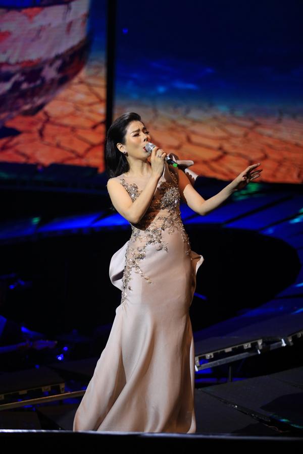 Trong đêm nhạc tối qua, Lệ Quyên còn thể hiện nhiều ca khúc nổi tiếng khác của Trịnh Công Sơn như: Ru em từng ngón xuân hồng, Biển Nhớ, Ướt mi, Ru ta ngậm ngùi...