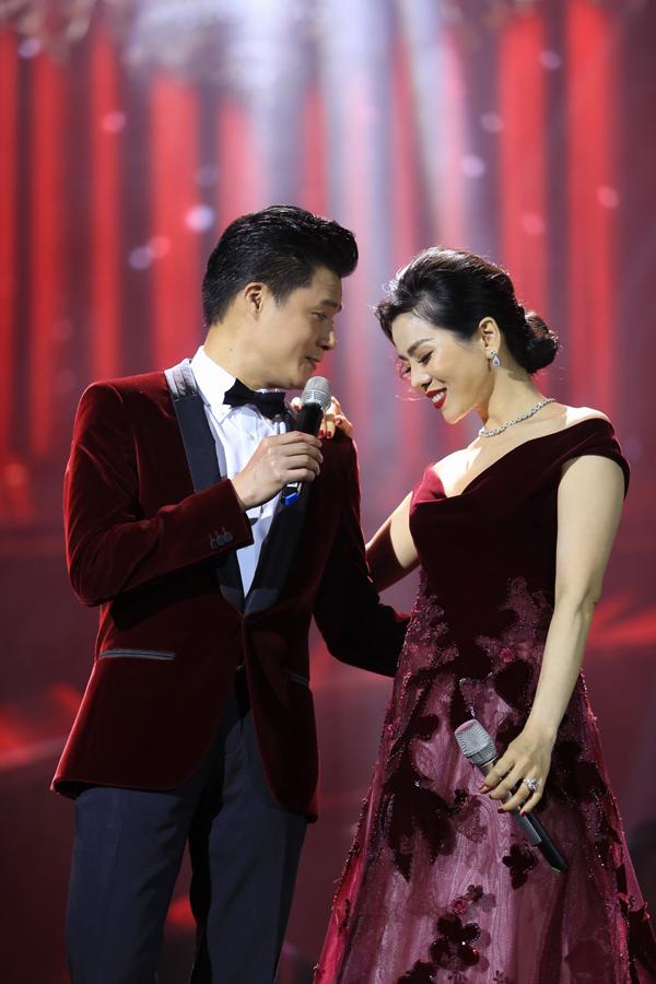 Tối 18/1, liveshow Ru đời đi nhé của ca sĩ Lệ Quyên diễn ra tại Hà Nội. Quang Dũng là ca sĩ khách mời duy nhất của đêm nhạc. Cặp đôi nghệ sĩ có nhiều cử chỉ tình tứ trên sân khấu.