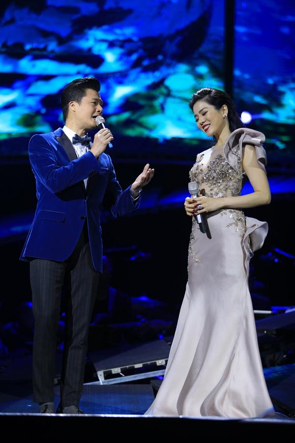 Quang Dũng và Lệ Quyên song ca Tình nhớ - một ca khúc nổi tiếng của nhạc sĩ Trịnh Công Sơn - ở phần đầu của chương trình.
