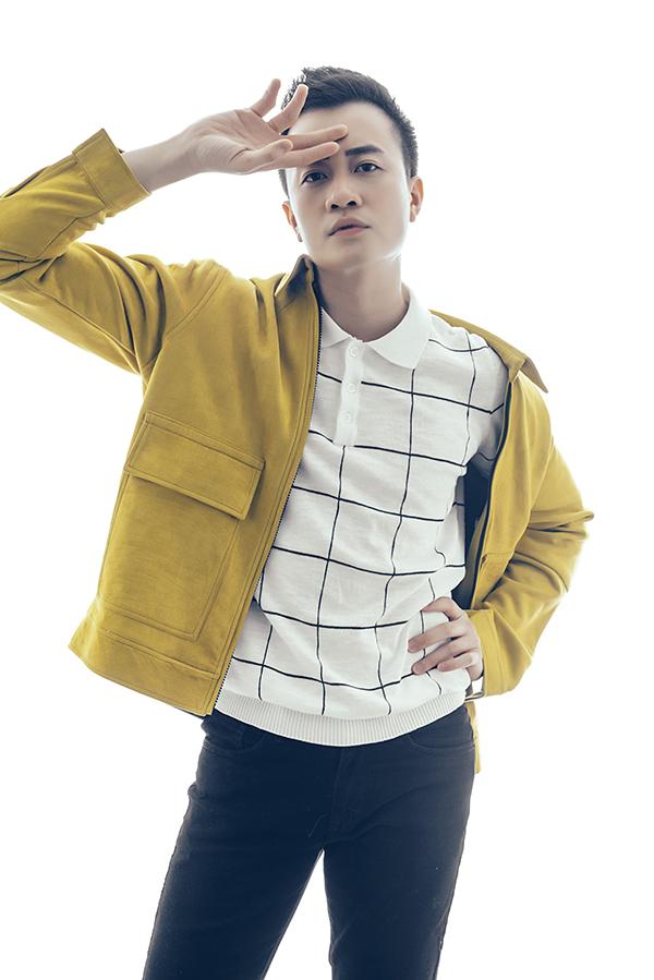 Kết hợp cùng set đồ đen trắng thanh lịch là áo khoác tông vàng mù tạt mang tới sự trẻ trung và khiến phái mạnh ấn tượng hơn khi xuất hiện trước đám đông.