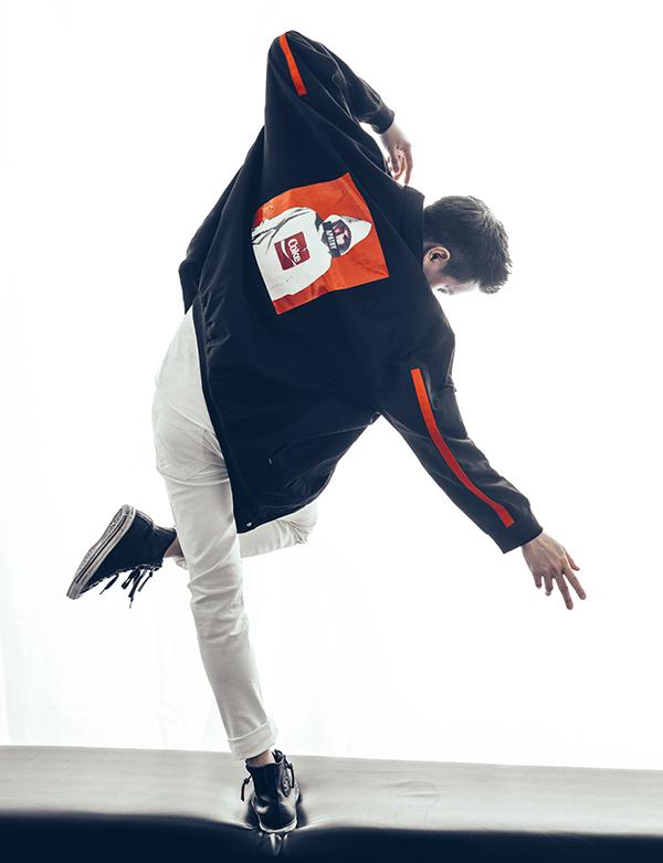 Hot boy giúp bộ ảnh thời trang thêm phần cuốn hút nhờ thần thái biểu cảm và những cách tạo dáng ấn tượng.
