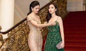 Á hậu Thanh Tú sửa váy cho Hoa hậu Đỗ Mỹ Linh trên thảm đỏ