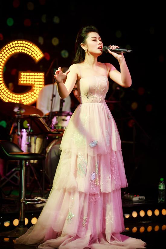 Trên sân khấu tối qua, nữ ca sĩ thể hiện hơn 10 ca khúc từ dòng dân gian đến nhạc trẻ.