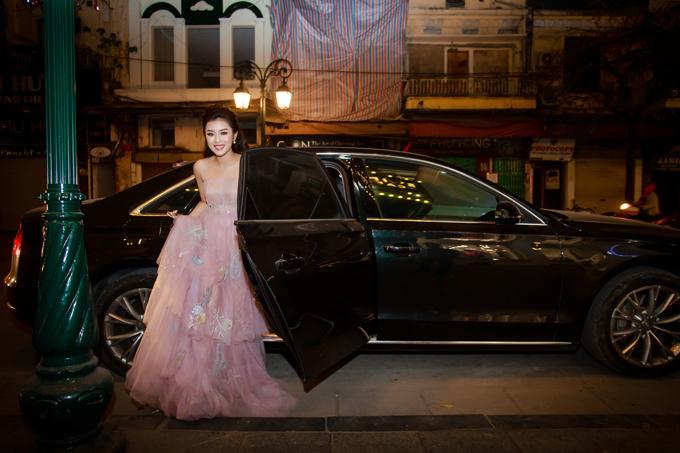 Sao Mai Thu Hằng rạng rỡ bước xuống từ ô tô 5 tỷ khi đi chạy show vào tối qua tại Hà Nội. Mặc dù là giọng ca dòng dân gian nhưng Thu Hằng rất đầu tư về hình ảnh khi thường xuyên diện những bộ cánh lộng lẫy.