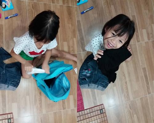 Sâu tự chuẩn bị quần áo, đồ dùng cá nhân cho chuyến đi chơi hai ngày cuối tuần. Bé chọn ra những món đồ cần thiết, gấp và xếp gọn gàng vào balo. Chị Ánh Hoa ngạc nhiên khi con gái biết cuộn tròn đôi bít tất để tiết kiệm diện tích.
