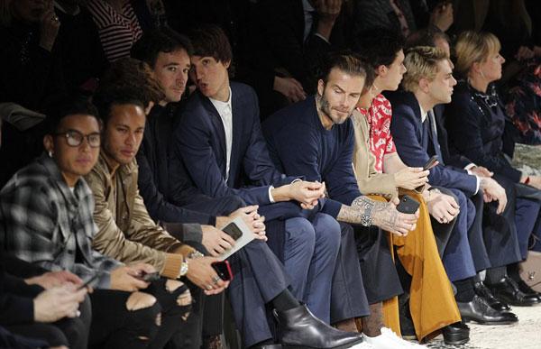 Vợ chồng Becks cùng cậu cả Brooklyn ngồi cùng hàng ghế với Neymar