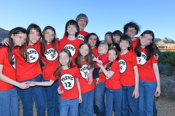 Cặp vợ chồng cùng 13 đứa con có những bức ảnh chung ở Disneyland, Las Vegas, nơi họ thường tới để tổ chức lại đám cưới. Ảnh: Mirror