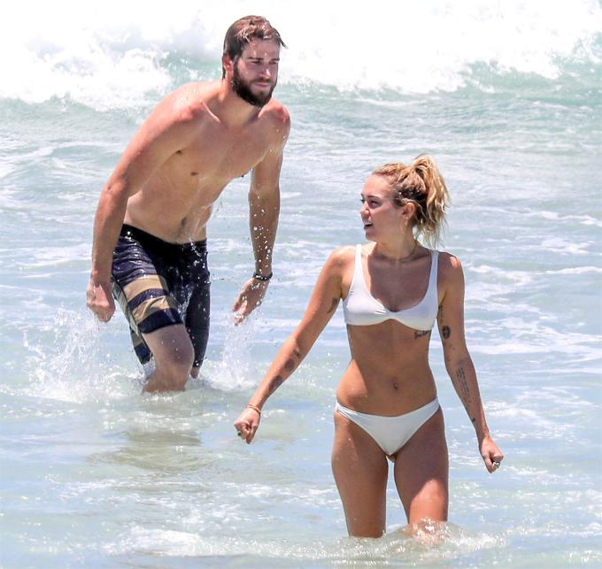 Cặp đôi đi tắm biển ở vịnh Byron hôm 15/1.