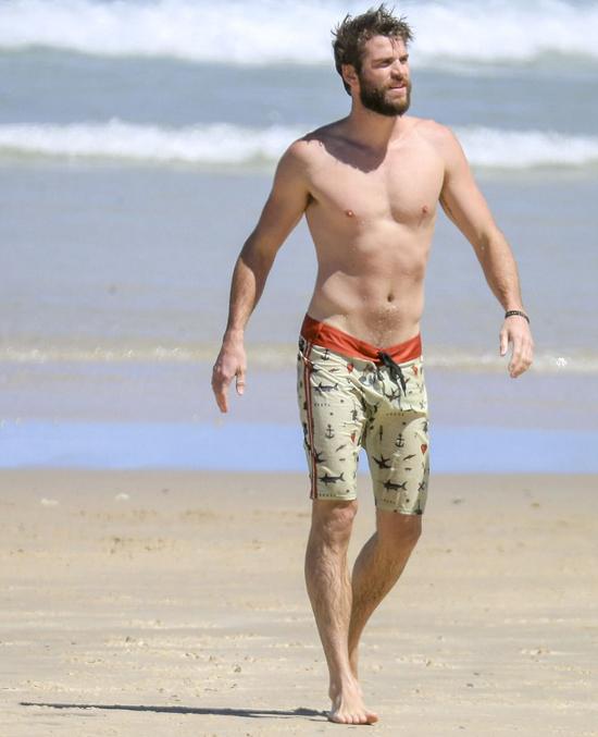 Tài tử Liam Hemsworth cũng rất thích thú với mùa hè ở quê nhà. Liam gần đây được hiệp hội PETA bình chọn là Nghệ sĩ ăn chay sexy nhất Australia. Ngôi sao Hunger Games đã ăn chay trường từ vài năm nay và giữ được vóc dáng quyến rũ.