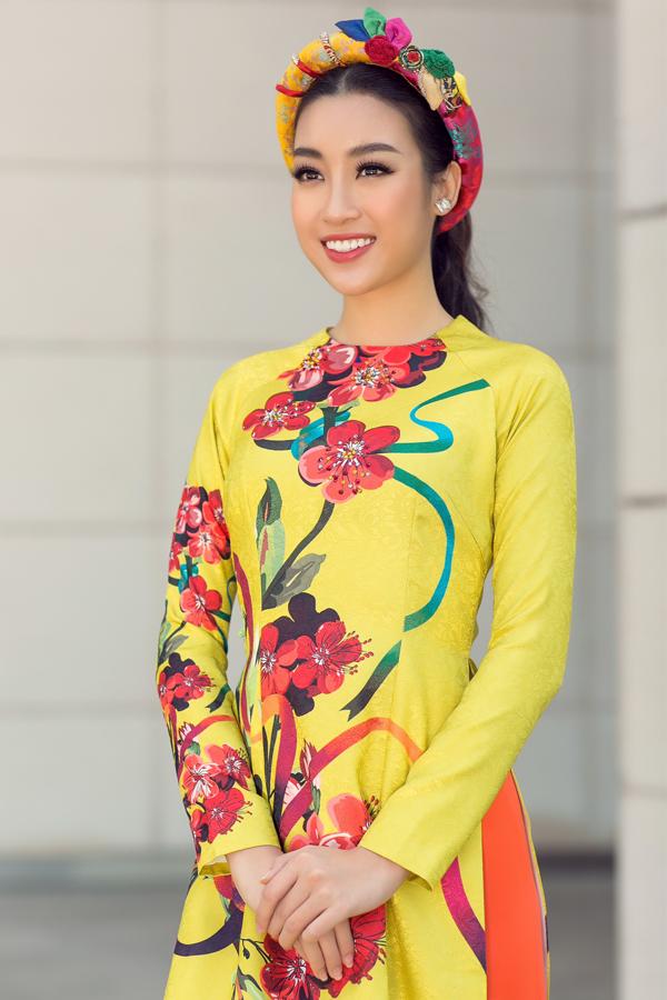 Đỗ Mỹ Linh đắt show chụp ảnh áo dài dịp cuối năm.