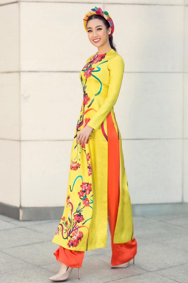 Người đẹp rất thích những bộ trang phục truyền thống mang họa tiết hoa mai, hoa đào, in trên nền vải gấm, lụa.