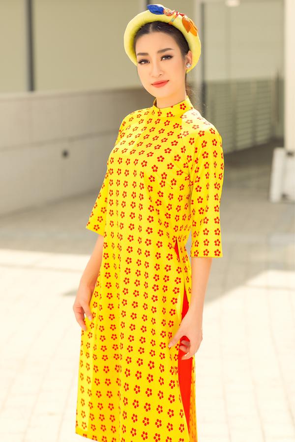 Các gam màu rực rỡnhư đỏ, vàng, xanh, cam được sử dụng để giúp phái đẹp nổi bật khi đidạo phố, chơi xuân. Nhà thiết kế tạo phom dáng không quá bó để người mặc thoải mái khi di chuyển, vui chơi.