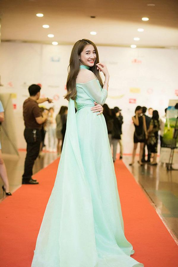Ngoài gam trắng thanh nhã, nữ diễn viên còn chọn thêm những mẫu váy lụa có gam màu dịu mắt như xanh pastel, tím nhạt, hồng phấn để chưng diện.
