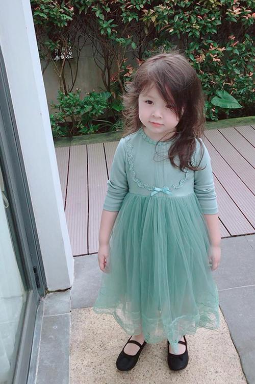 Cadie nhà Elly Trần ngày càng dịu dàng, nữ tính giống mẹ.