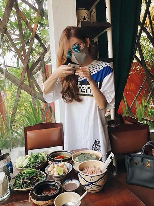 Huyền My bịt kín như Ninja, ăn mặc giản dị khi đi ăn tiệm. Cô cũng có thói quen chụp ảnh đồ ăn để sống ảo trên mạng xã hội như bao bạn trẻ.