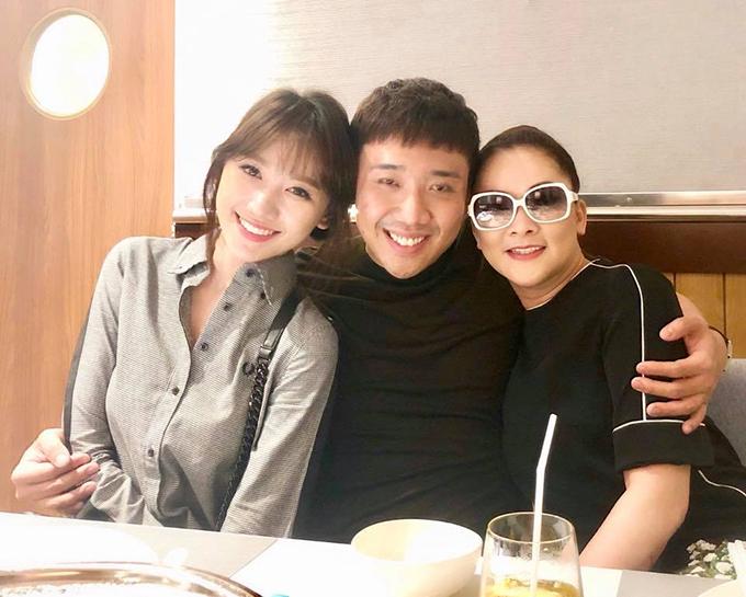 Vợ chồng Hari Trấn Thành lần đầu được gặp thần tượng Như Quỳnh. Nam diễn viên viết: Cuối cùng cũng đã gặp được cô ấy, my idol - Như Quỳnh! Mãi đẹp, mãi xinh, mãi đáng iu.