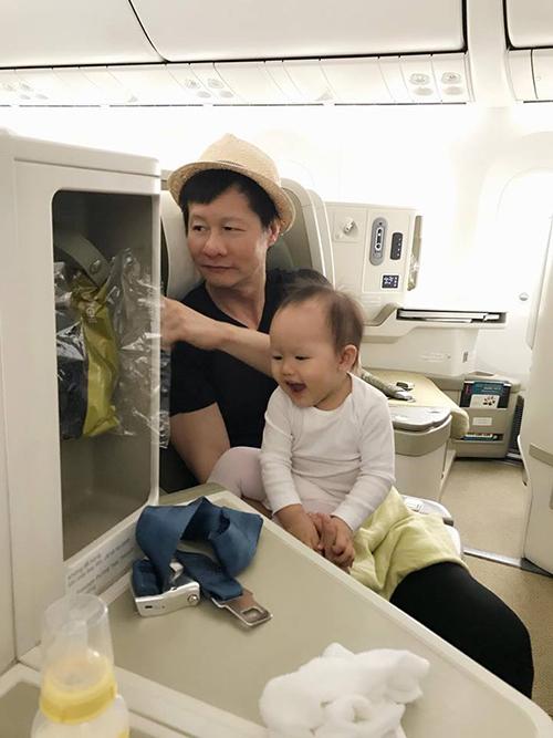 Gia đình Phan Như Thảo đi đâu cũng có nhau. Cô chia sẻ: Hai cái đuôi đi theo mami đến tận chân trời cuối bể.