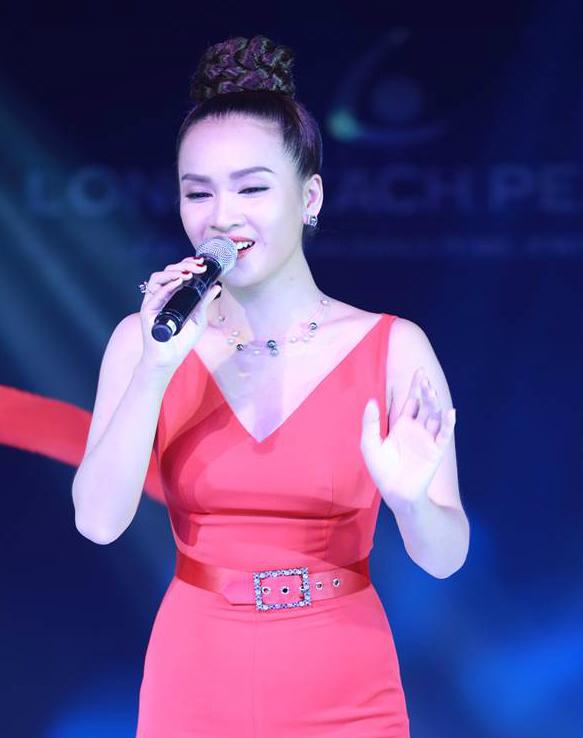 Sợi dây chuyền được ca sĩ Ái Phương phối cùng bộ đồ jumsuit đỏ với thiết kế mảnh tôn lên đường hình khối của viên ngọc, làm cho tổng thể món trang sức uyển chuyển, nữ tính hơn.