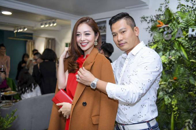 Tại event, Jennifer Phạm rất hạnh phúc khi được ông xã chăm sóc, giúp cô thử rất một số mẫu áo khoác dạ mùa đông.