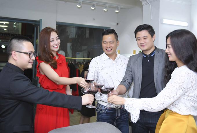 Vợ chồng Jennifer Phạm vui vẻ hội ngộ với cựu siêu mẫu Xuân Thu (thứ hai từ phải sang) và một số người bạn tại event.