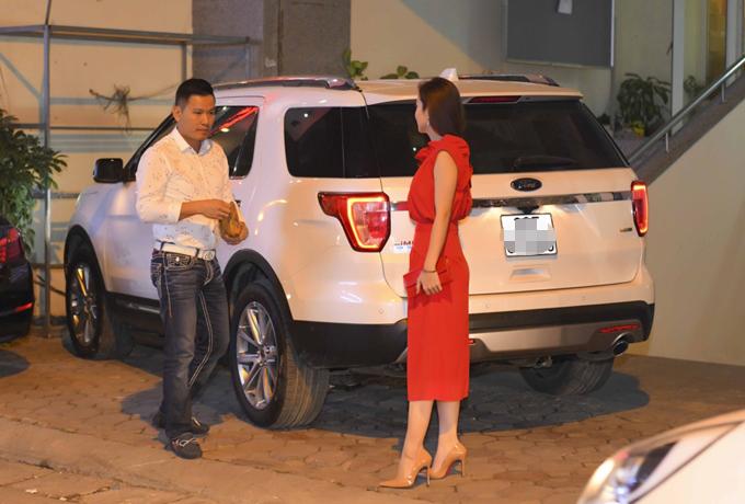 Tối qua (18/1), Jennifer Phạm được ông xã đưa đón bằng xe sang khi đến dự sự kiện thời trang tại Hà Nội. Đây là lần hiếm hoi doanh nhân Đức Hải xuất hiện cùng vợ.