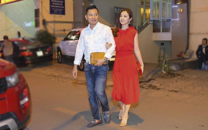 Đôi vợ chồng khoác tay nhau tình tứ khi băng qua đường.