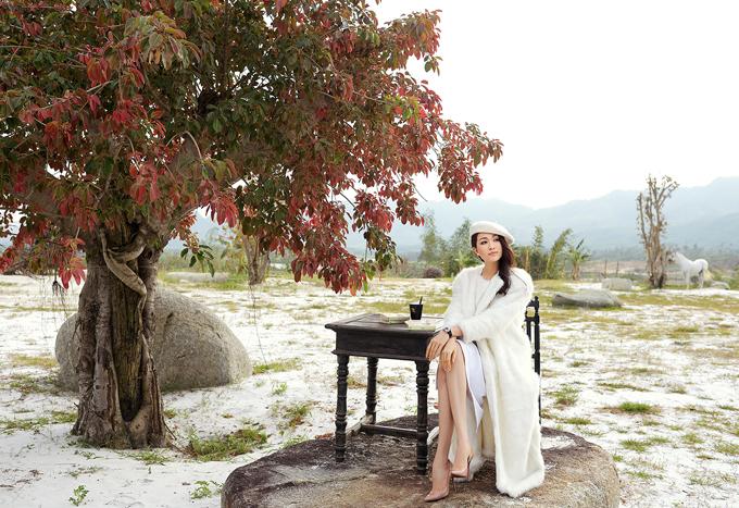 Lệ Hằng vừa có chuyến du lịch, khám phá thiên nhiên hoang sơ ở Tây Nguyên. Cô đến thăm và chụp ảnh thời trang tại khu du lịch sinh thái MĐrắk - nơi được mệnh danh là Dubai phiên bản Việt.