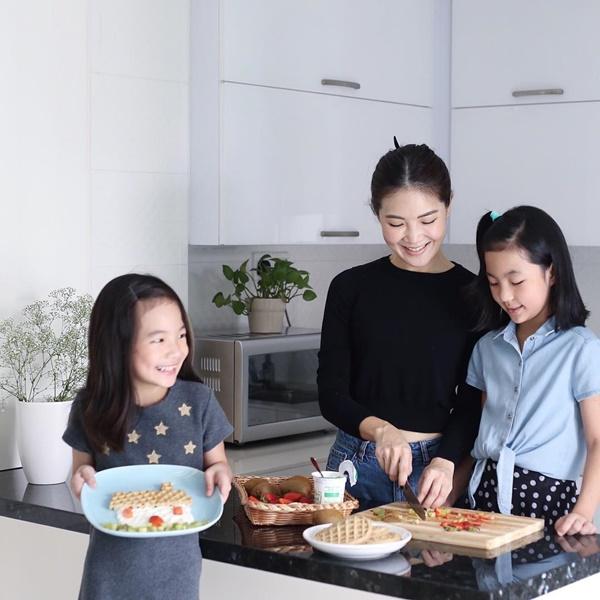 Samantha Lee và hai côcon gái.