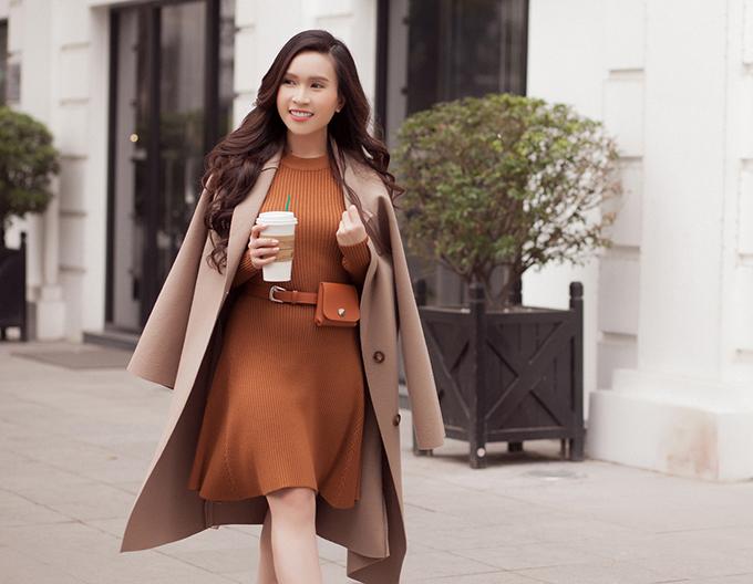 Lần đầu được tận hưởng cái lạnh của mùa đông Hà Nội, MC hải ngoại Ngọc Hân rạng rỡ dạo phố trong những set đồ thanh lịch mang gam trung tính chủ đạo.