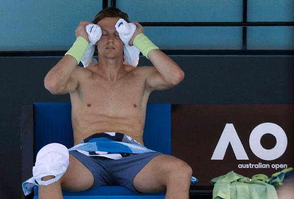 Tomas Berdych trông như lả đi trong giờ nghỉ. Tay vợt người CH Czech vượt quaGarcía-López sau 4 set ở vòng hai.