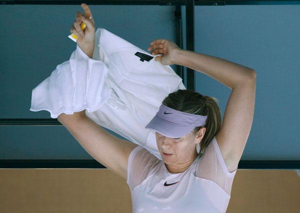 Sharapova phải mặc thêm áo làm mát trong giờ nghỉ. Tay vợt nữ người Nga vừa trở lại sau án phạt doping đã lọt vào vòng ba Australia mở rộng. Đối thủ của người đẹp 30 tuổi tại vòng ba là Kerber.