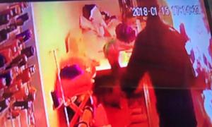 Nữ chủ tiệm may nghi bị người đàn ông ngoại quốc thiêu cháy