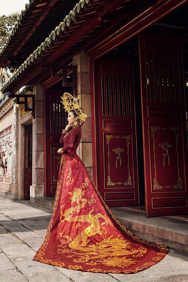 Bộ áo dài của Tường Linh tại Hoa hậu Liên lục địa 2017.
