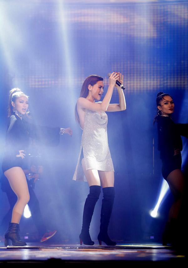 Hồ Ngọc Hà vừa hát vừa khoe vũ đạo với liên khúc hit What is love, Destiny và ca khúc Đón xuân.