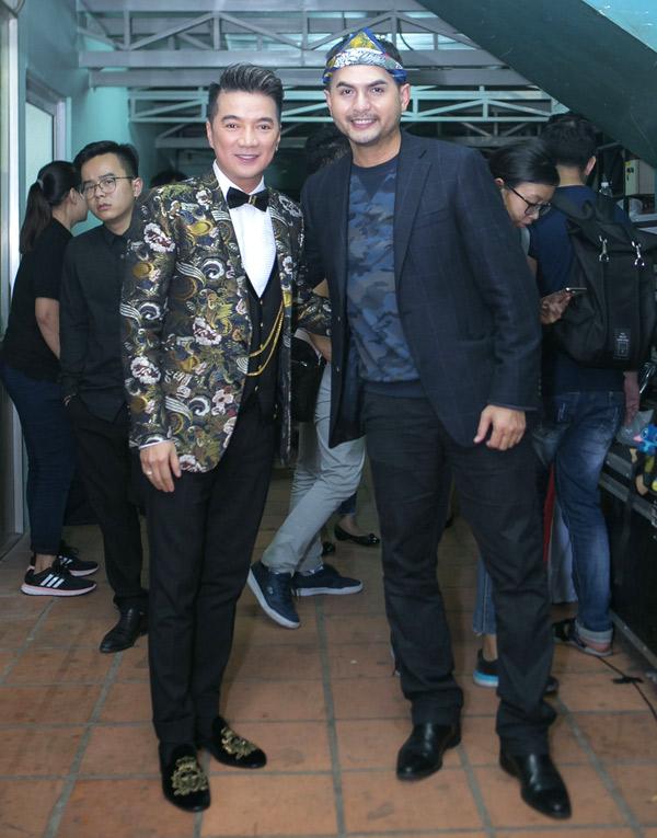 Mr Đàm đọ vẻ lịch lãm cùng Đức Tiến trong hậu trường đêm nhạc.