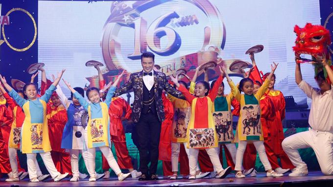 Ông hoàng nhạc Việt cùng nhóm múa thiếu nhi biểu diễn một ca khúc sôi động.